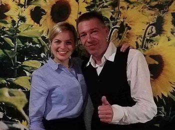 Gegen Kirchturmdenken - Katharina Schulze mit Andy Lösche vor einer Sonnenblumentapete