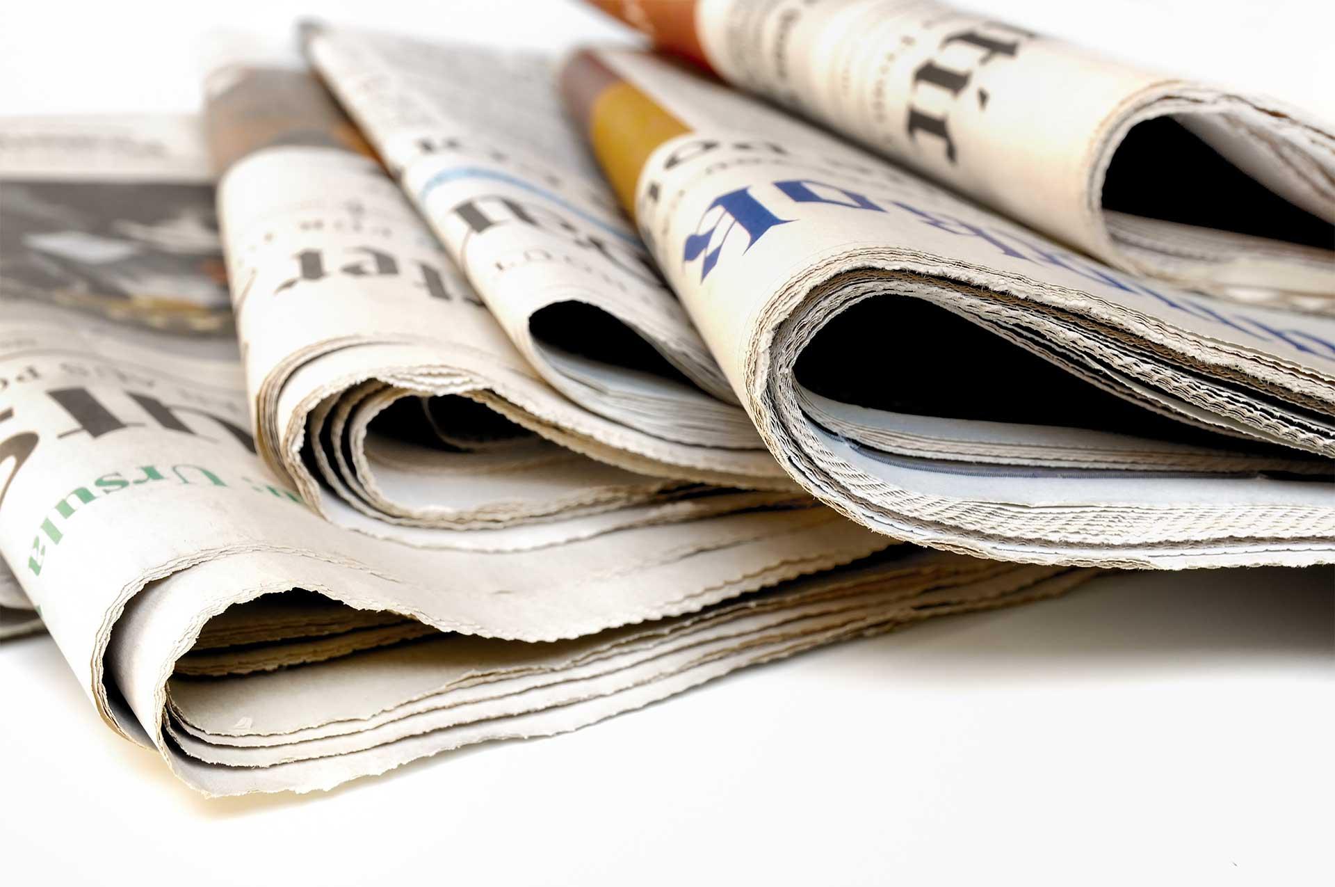Zeitungsauswahl liegt lesebereit am Schreibtisch