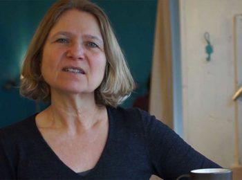 Ursula Sowa sitzend im Gespräch vor dunkel-türkiser Wand über Schulen in Bayern